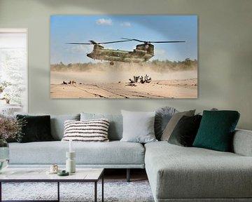 Un hélicoptère de transport Chinook se pose dans une dérive de sable sur Jenco van Zalk