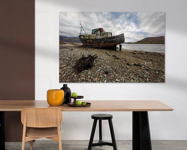 Sfeerimpressie: Verlaten boot Schotland van Steven Dijkshoorn
