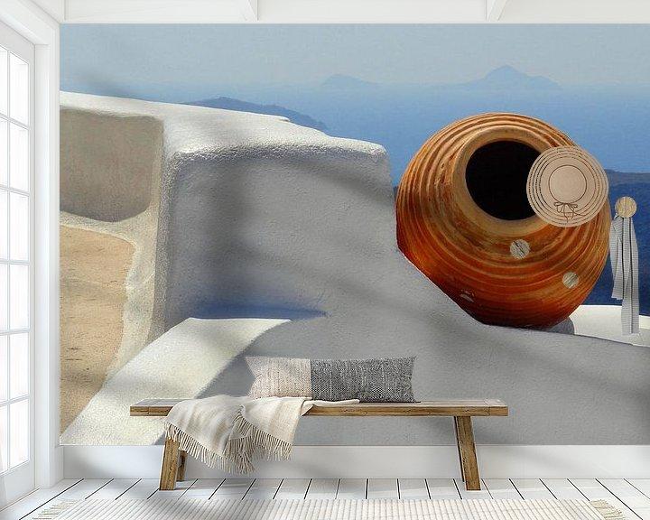 Sfeerimpressie behang: Stilleven van kruik op Santorini van Henny Hagenaars