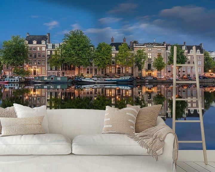 Sfeerimpressie behang: Amstel spiegel blauwe uur van Jeroen de Jongh