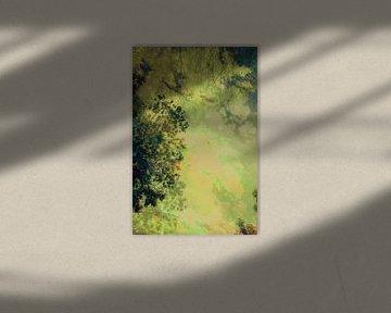 Op mijn rug in het bos kijken naar de hemel aan het einde van de zomer. van Studio Kunsthart
