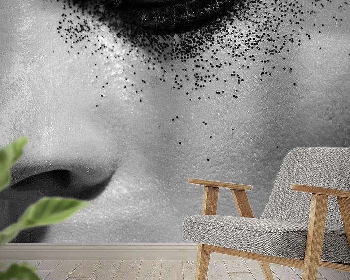 Sfeerimpressie behang: Portret zwart wit van Liesbeth Govers voor omdewest.com