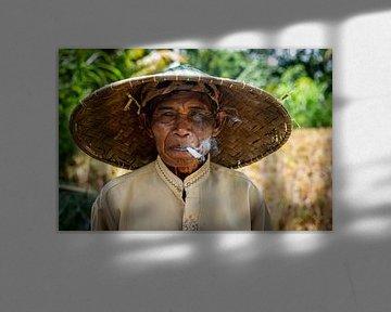 Indonesische man aan het roken van Ellis Peeters