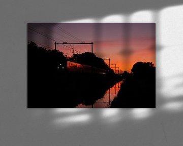 Train avec réflexion au coucher du soleil I Haarlem I NS Sprinter