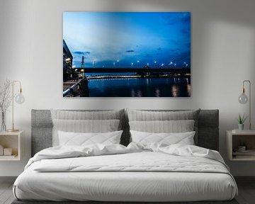 Severinsbrücke in Keulen op het blauwe uur van Tom Voelz