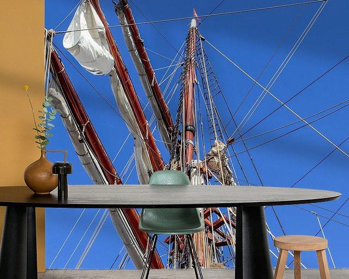 Sfeerimpressie behang: Zeilmast met veel touwen voor een blauwe hemel van MPfoto71
