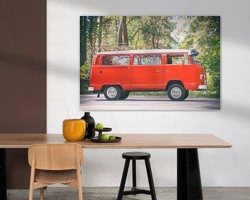 Volkswagen Transporter T2 van dans une forêt au look vintage sur Sjoerd van der Wal