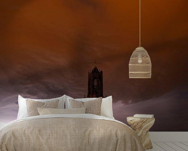 Sfeerimpressie behang: Donkere Domtoren met donderwolk in Utrecht van Donker Utrecht