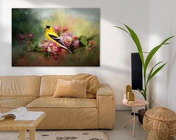 Golden Ice Cream auf Apfelblüte - Gelb-Schwarzer Vogel auf rosa Blüte von Diana van Tankeren