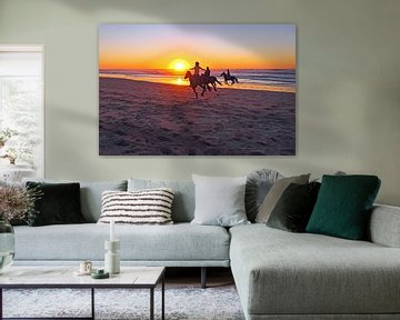 Reiten am Strand bei Sonnenuntergang von Nisangha Masselink