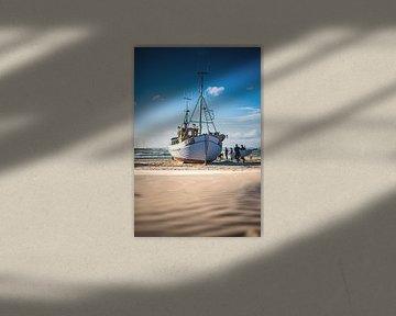 Vissersboot aan het strand van Løkken van Florian Kunde