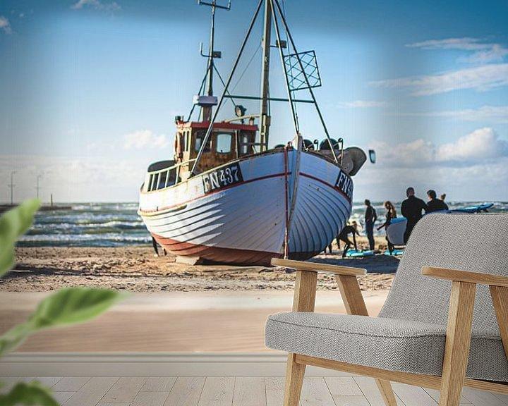 Sfeerimpressie behang: Vissersboot aan het strand van Løkken van Florian Kunde