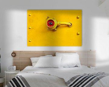 Elektrischer Schalter auf einem gelben Zug von Jenco van Zalk