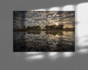 Wolkenreflectie in het Groot glasven van Iris Waanders
