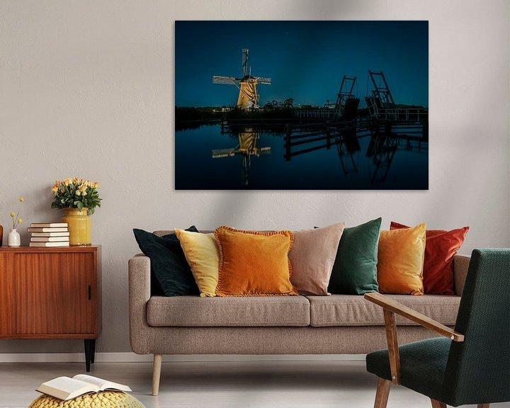 Sfeerimpressie: Verlichtte molen bij ophaalbrug van Henri van Avezaath