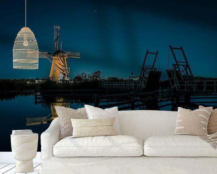 Sfeerimpressie behang: Verlichtte molen bij ophaalbrug van Henri van Avezaath