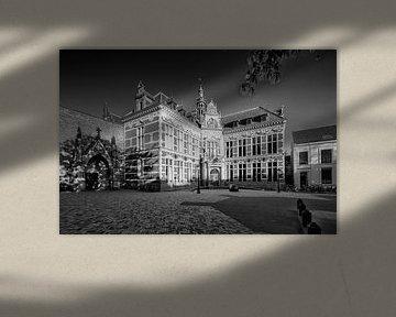 Het Academiegebouw op het Domplein in Utrecht in zwart-wit