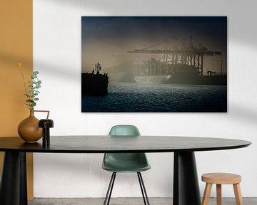 Containerschiff liegt im Nebel am Containerterminal in Hamburg