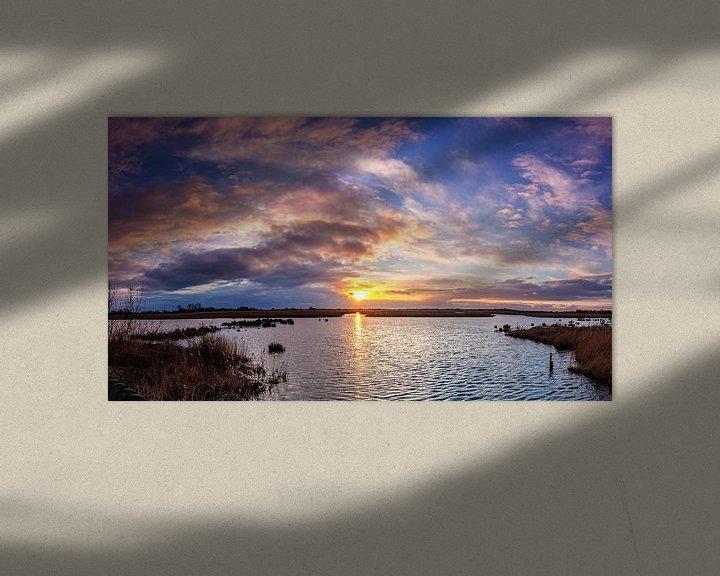 Sfeerimpressie: Zonsondergang over water met roze wolken in De Onlanden van R Smallenbroek