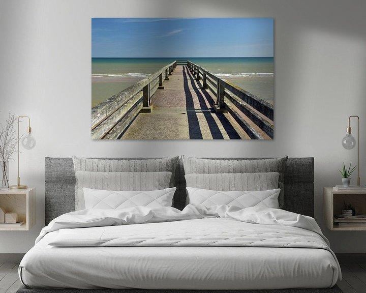 Sfeerimpressie: Pier aan de kust van Normandië (Omaha Beach) van Renzo de Jonge