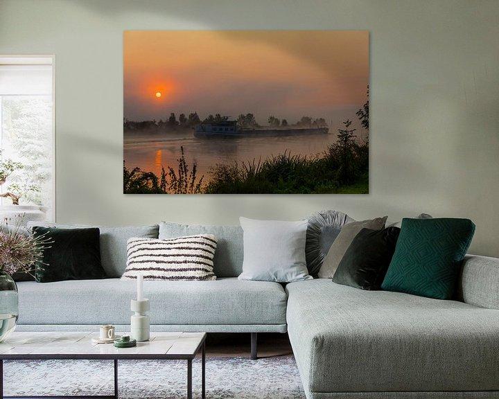 Impression: un cargo au lever du soleil sur la maille dans le brouillard sur ChrisWillemsen