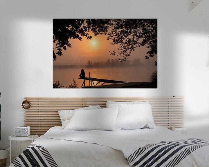 Impression: la silhouette d'une femme assise sur la maille au lever du soleil sur ChrisWillemsen