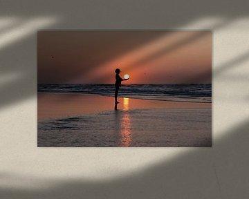 Silhouette van een vrouw met de zon in haar handen van Wad of Wonders