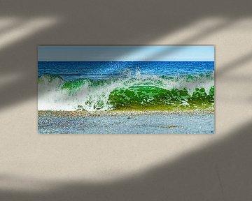 Feurige Welle bricht am Strand in blau-grünen Schattierungen von MICHEL WETTSTEIN