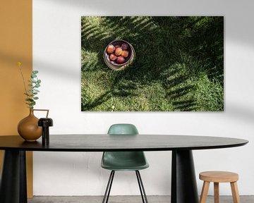 Pflaumen in tropischer Natur von Lisanne Koopmans