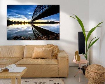 Gespiegelte Brücke in der IJssel bei Sonnenaufgang von Fotografiecor .nl