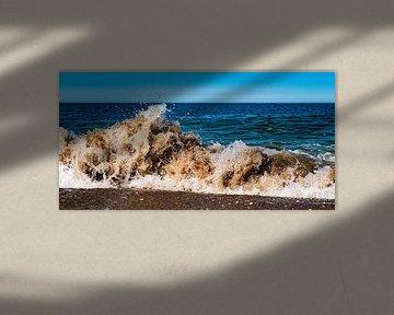 Brekende golf op het strand van Scheveningen van MICHEL WETTSTEIN
