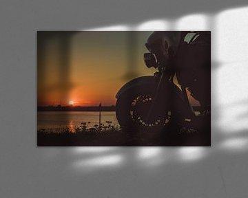 ruhender Motorradfahrer, der den Sonnenuntergang beobachtet von Eddie Anthonisse