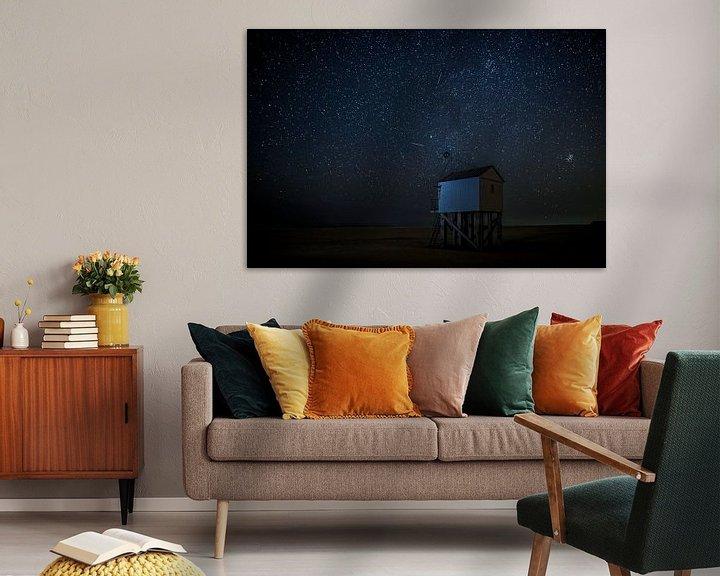 Sfeerimpressie: Drenkelingenhuisje Terschelling onder nachtelijke sterrenhemel van Maurice Haak