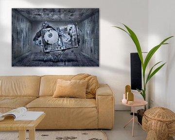 Modernes Kunstgebilde im Raum mit Uhr