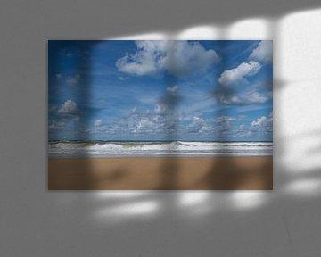 Onstuimige zee op een mooie zomerse dag met een prachtige lucht vol stapelwolken