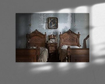 Verlassenes Schlafzimmer mit Betten von Kristof Ven