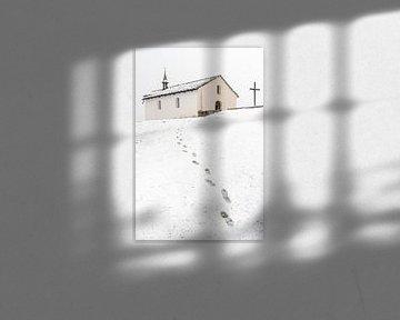 Kirche mit Fußspuren im Schnee von Martijn Joosse