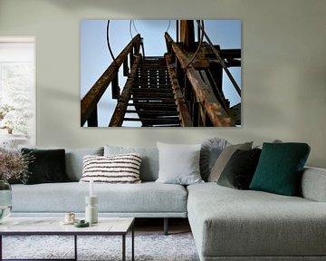 Treppe auf einer alten verrosteten Brücke von Ken Huysmans