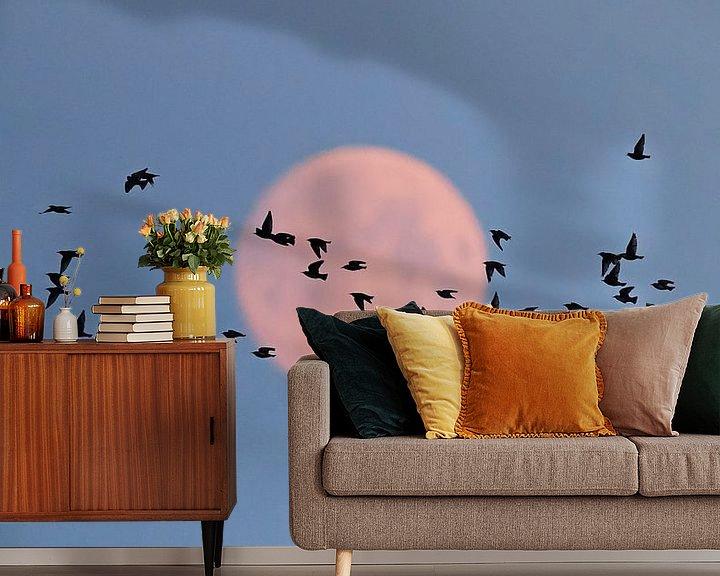 Sfeerimpressie behang: Spreeuwen (Sturnus vulgaris) met volle maan van Beschermingswerk voor aan uw muur