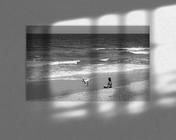 Vrouw relaxed op het strand in Tel Aviv in zwart wit van Bart van Lier