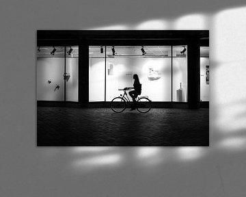 Silhouet van fietsende vrouw in Utrecht van Bart van Lier