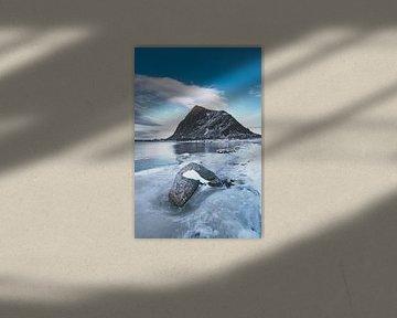 Hoven berg op het eiland Gimsøya in de Lofoten in de winter in Noord-Noorwegen. van Sjoerd van der Wal