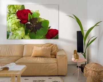 Vierblättriges Kleeblatt in einem Blumenstrauss aus Rosen und Hopfen von JM de Jong-Jansen