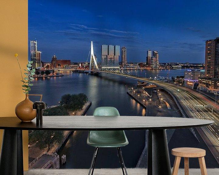 Sfeerimpressie behang: Rotterdam in avondlicht van Rob van der Teen