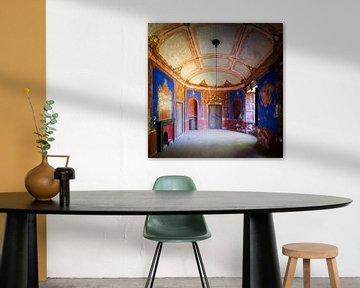 Verlassene Villa mit blauem Zimmer. von Roman Robroek