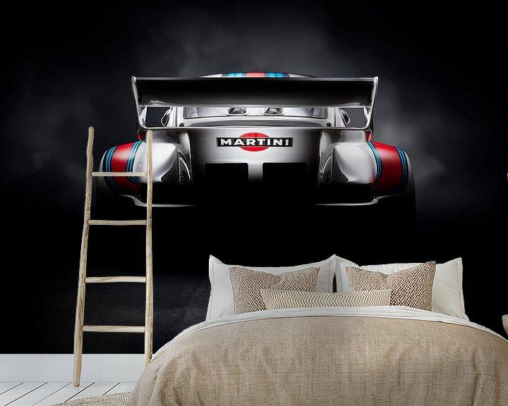 Sfeerimpressie behang: 1974 Porsche 911 935 Martini Racing van Thomas Boudewijn