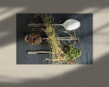 Salz, Tapenade, Dill & frischer Thymian auf Schiefer von Miranda van Hulst