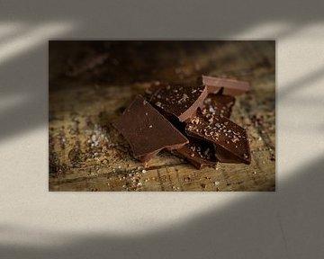 Chocola met zeezout op hout van Miranda van Hulst