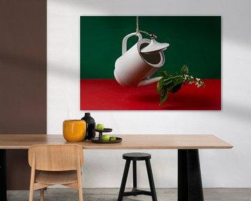 Koffie met contrast kleuren en basilicum die in bloei is. van Lieke van Grinsven van Aarle