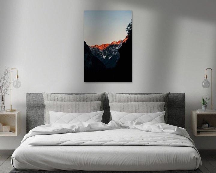 Sfeerimpressie: De zon gaat onder tussen de bergen van Zwitserland (l) van Jordy Brada